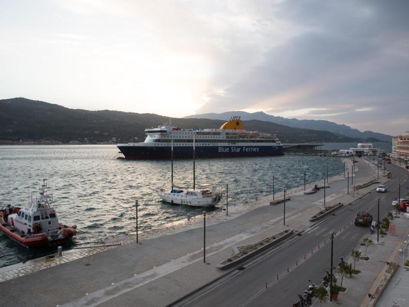 Bild zu Fähre im Hafen von Samos