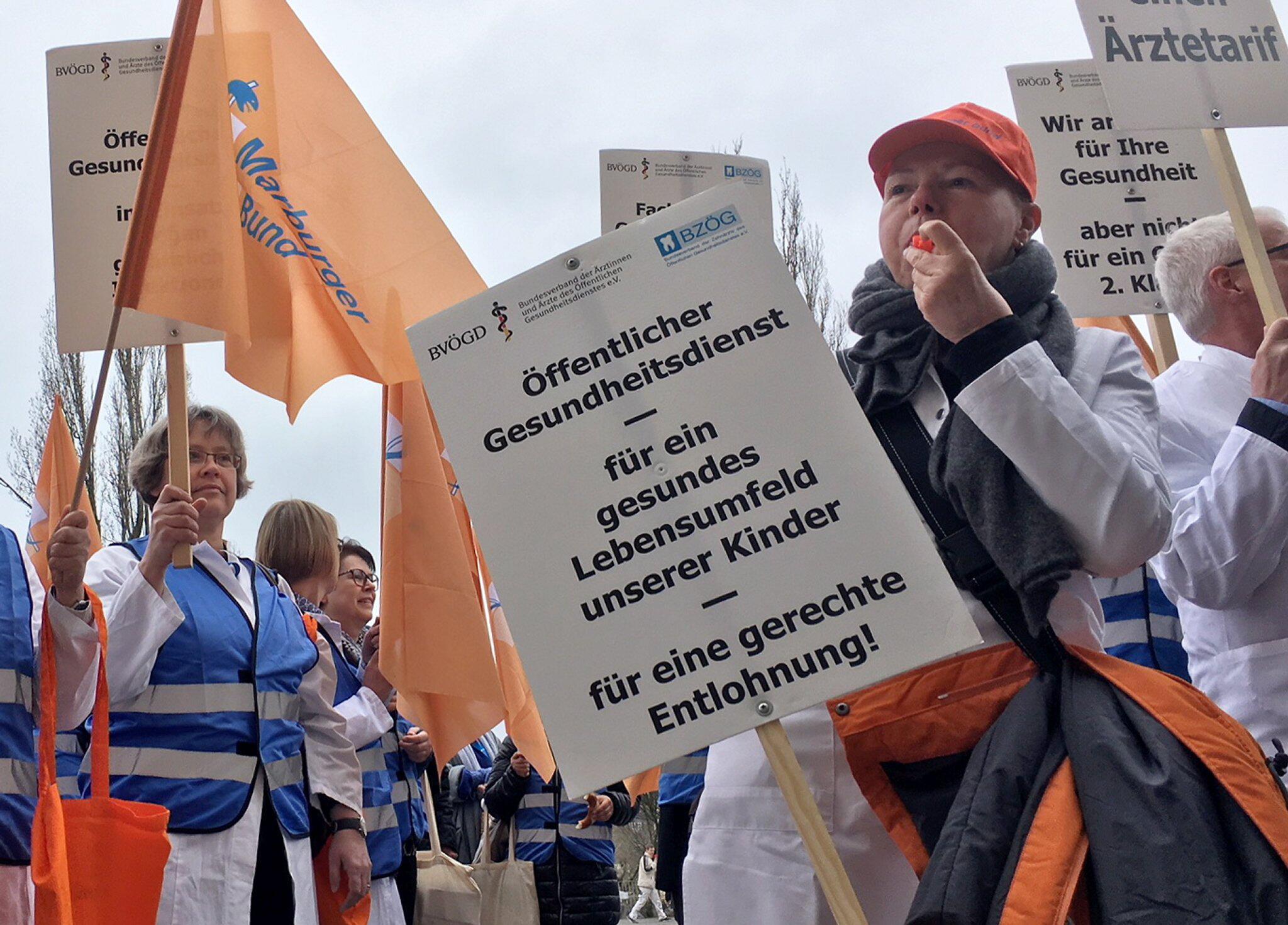 Bild zu Mediziner von Gesundheitsämtern demonstrieren