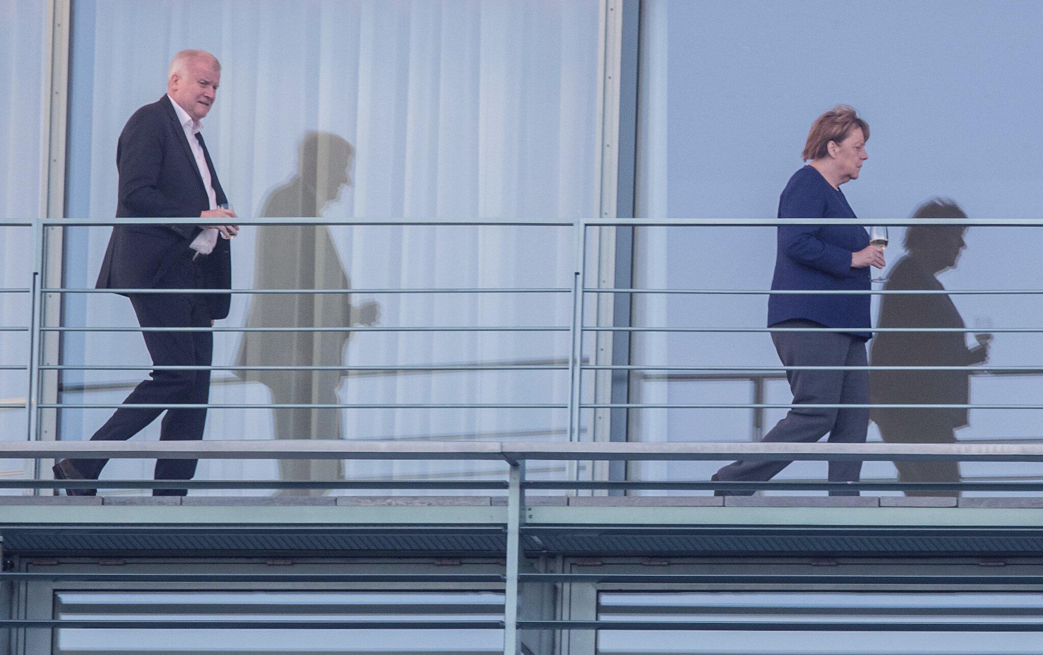 Bild zu Merkel meets Seehofer at the German chancellery
