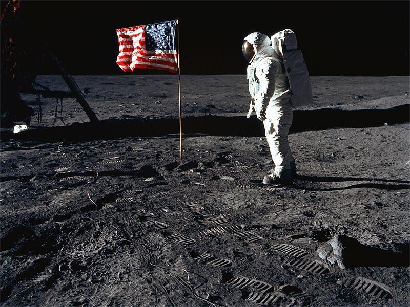 Bild zu US-Flagge auf dem Mond