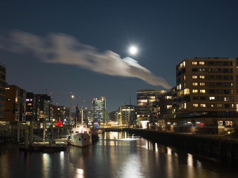 Bild zu Super-Vollmond über Hamburg