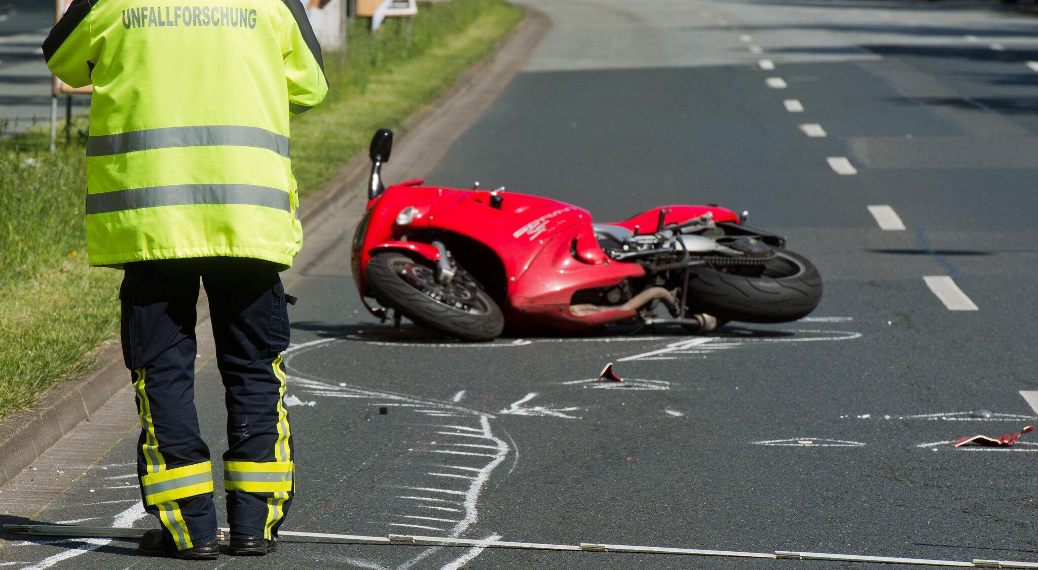 Bild zu Motorradfahrer, Unfall