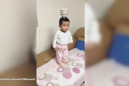 Kind mit Tontopf auf dem Kopf