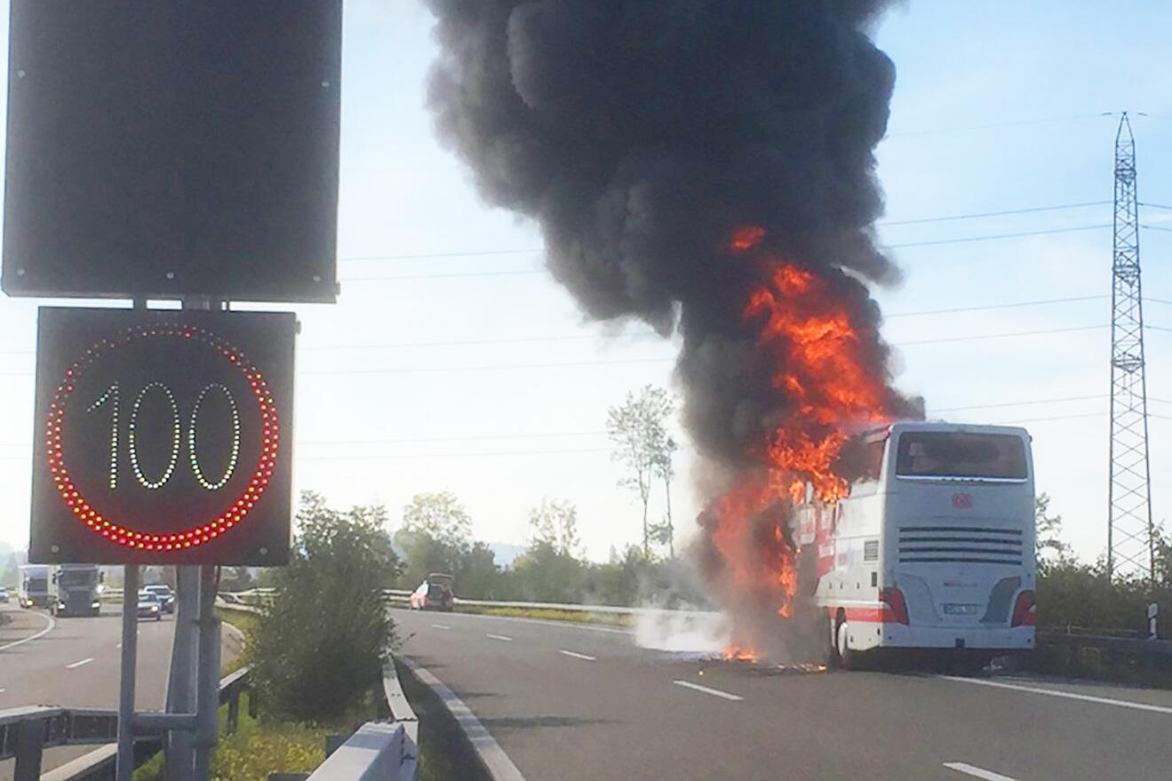 Bild zu Deutscher Reisebus brennt auf Autobahn in der Schweiz aus
