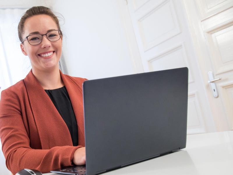 Bild zu Skypen im Büro-Outfit