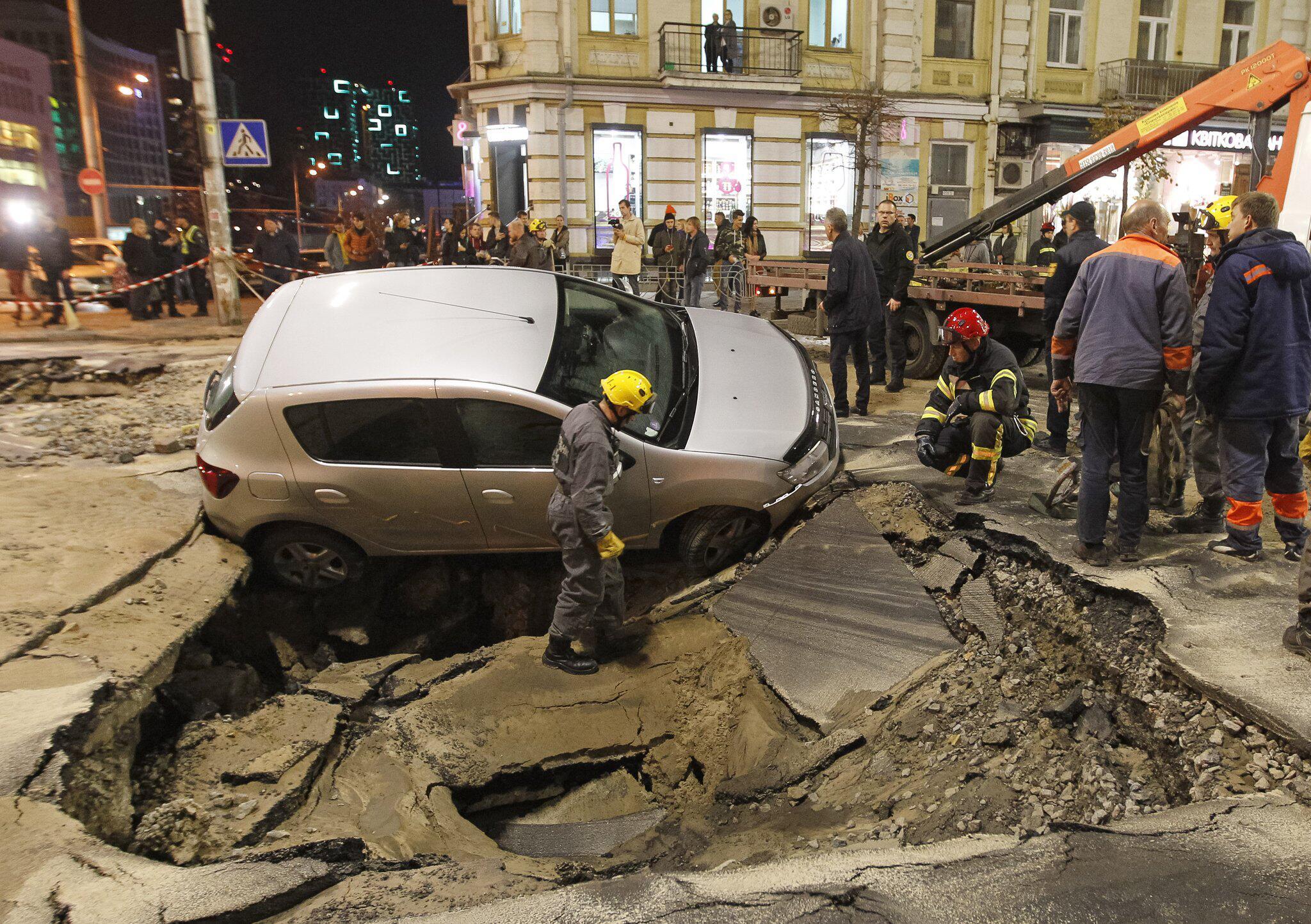 Bild zu Straße in Kiew sackt nach Rohrbruch ab