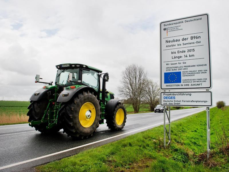 Bild zu Traktor auf der Straße