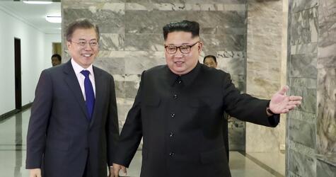 Moon Jae-in und  KUncredited/South Korea Presidential Blue House via Yonhap/dpaim Jong Un