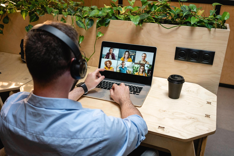 Bild zu Mann in virtueller Videokonferenz