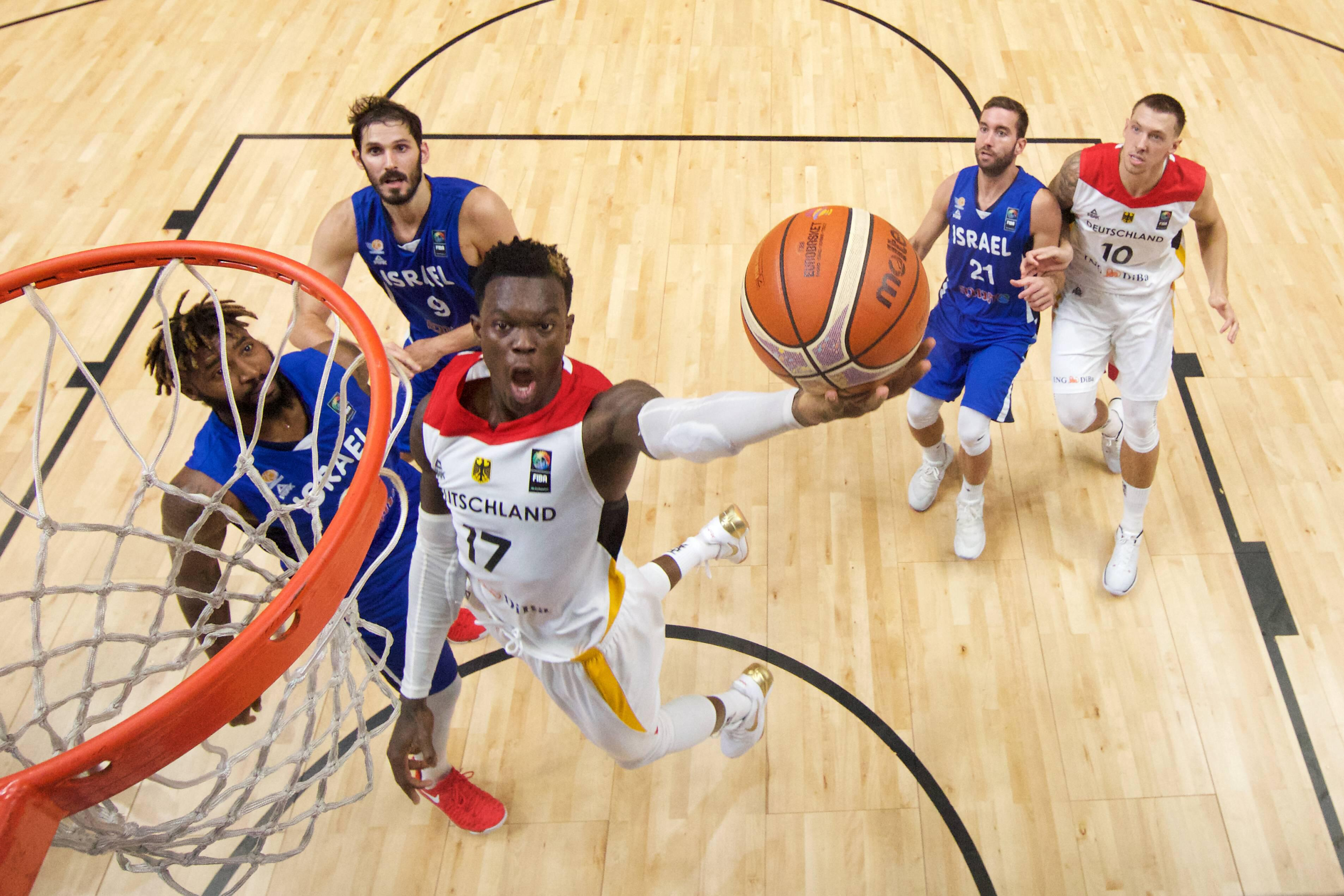 Bild zu Dennis Schröder, Basketball, EM, Nowitzki