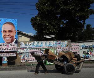 Mann mit Karre in Port-au-Prince