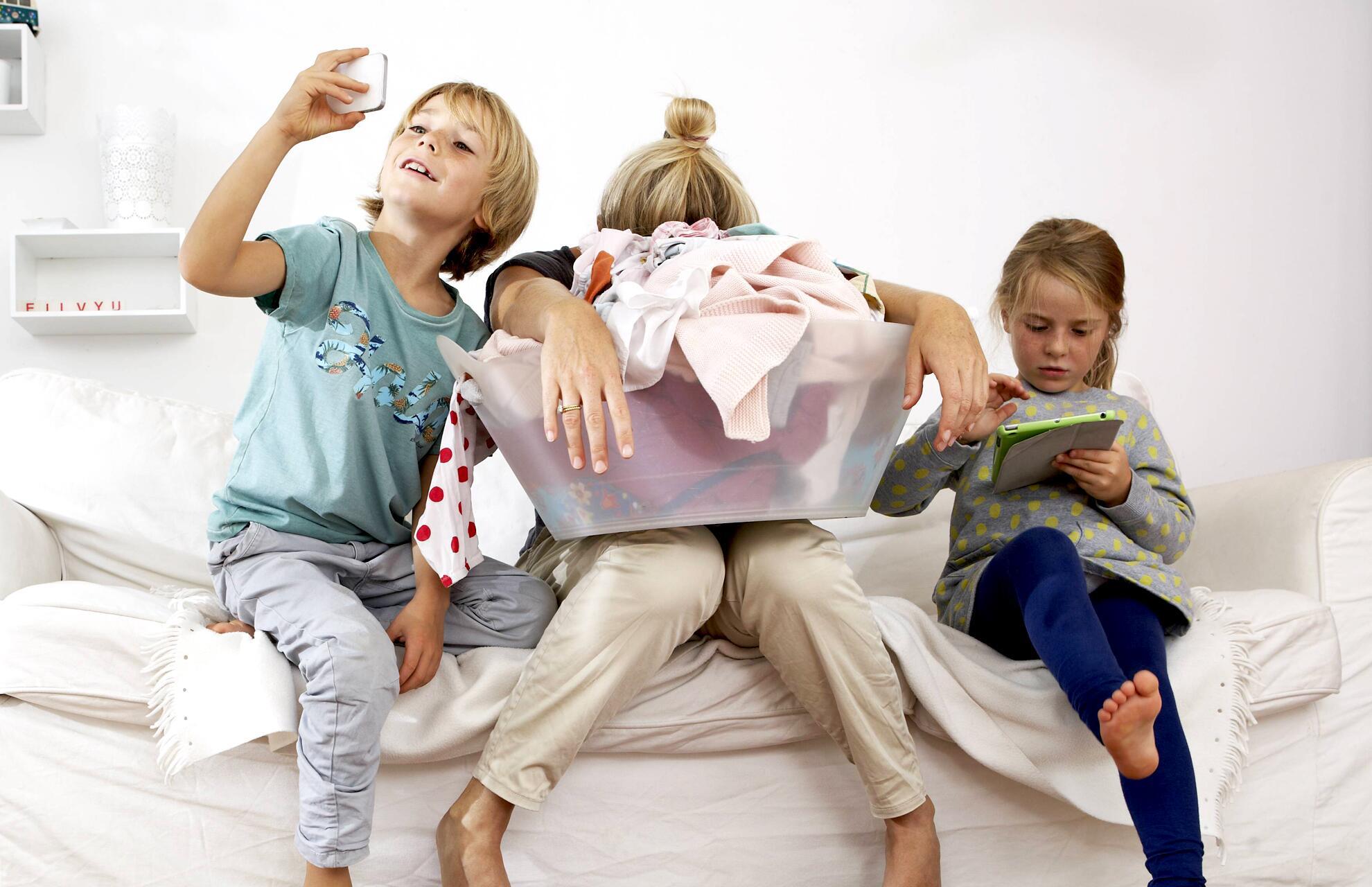 Bild zu Mutter verzweifelt mit Kindern